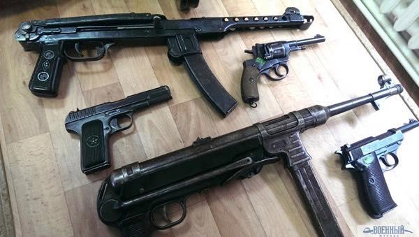 Стрелковое оружие Великой Отечественной. Слева пистолет ТТ