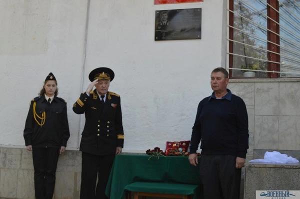 Контр-адмирал Царев и Сергей Саблин открывают мемориальную доску