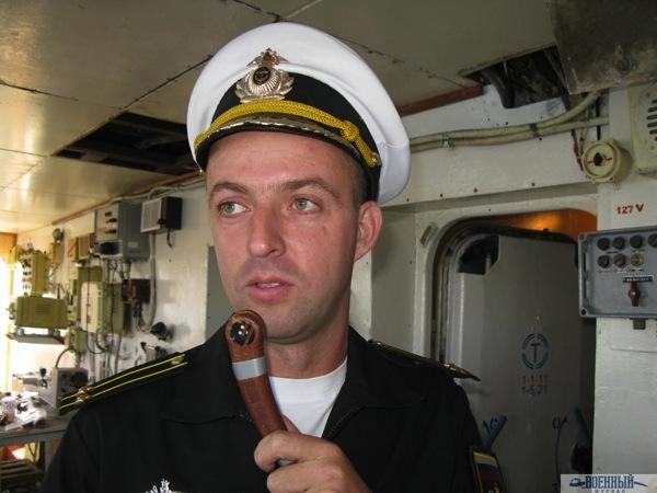 Капитан 2 ранга Валерий Поляков с микрофоном