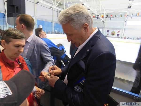 Якушев раздает автографы