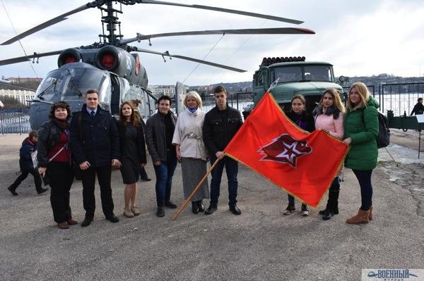 У вертолёта со знаменем
