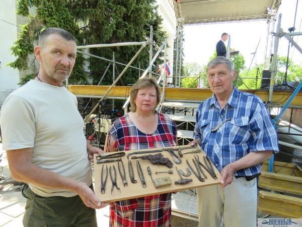 Артефакты Марина Гавриленко  в центре и Александр Запорожко  справа