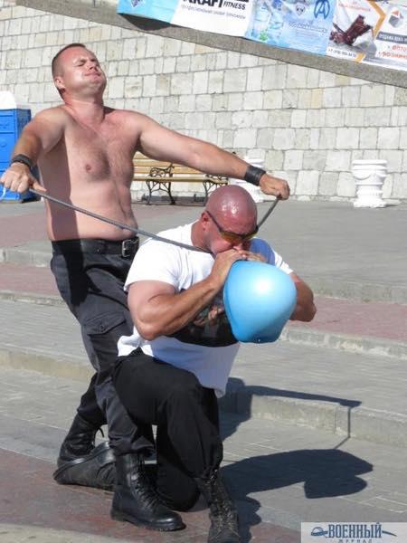 Павел Дудаков сгибает арматуру на горле Шушанов надувает грелку словно шарик