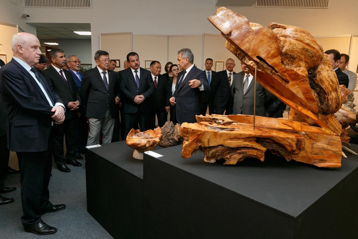 Художественные работы Министра обороны России