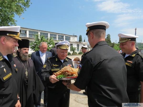 вручают Адмирал Игорь Касатонов вручает жареного поросенка поросенка