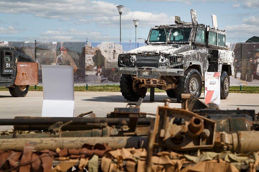 экспозиция трофейного оружия, захваченного у боевиков в Сирии