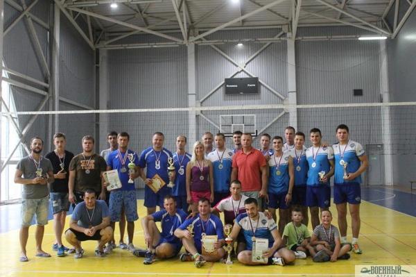 Сборная ЧФ по волейболу В центре Жанна Ганиш в красной футболке майор Роман Будзей