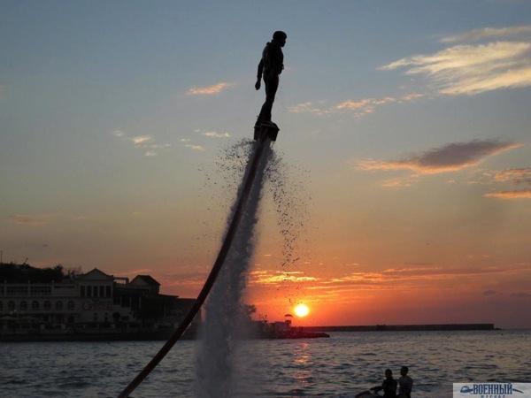 Флайбордист на закате солнца