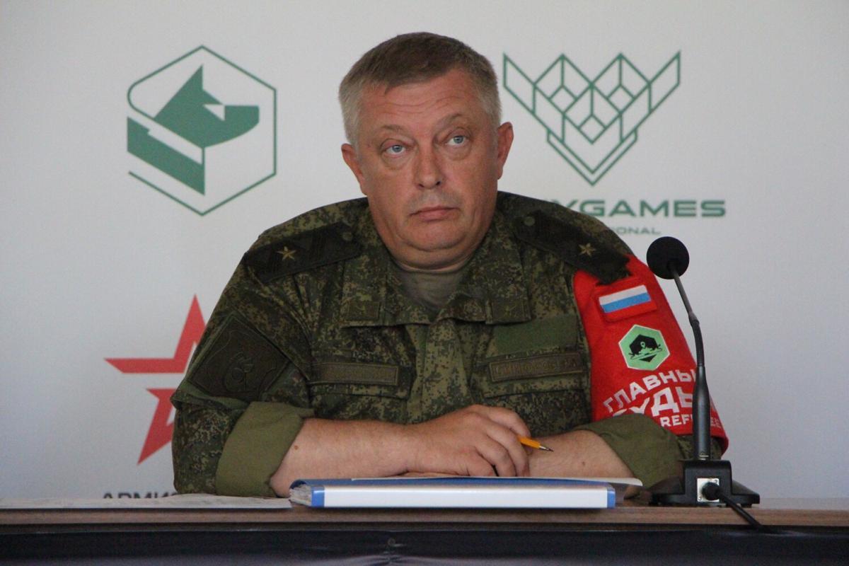 Главный судья танкового биатлона генерал-майор Роман Бинюков.