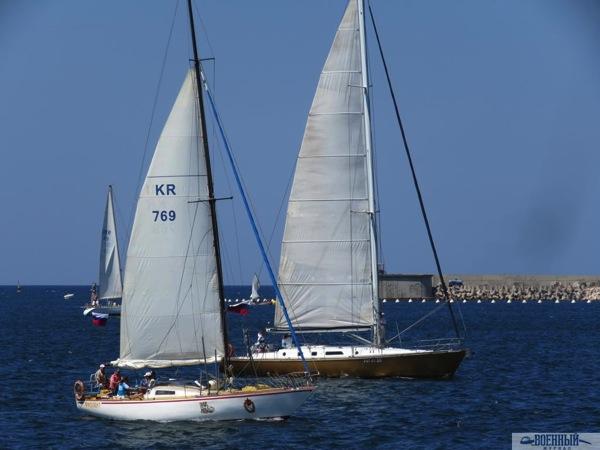 Справа яхта «Морская кокетка»