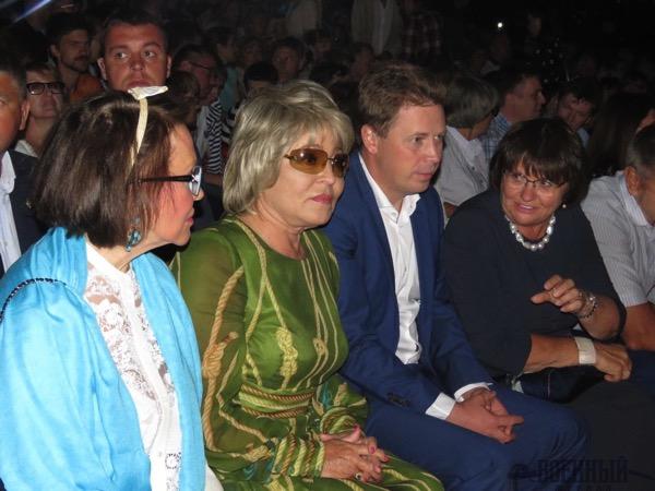 В центре Валентина Матвиенко и Дмитрий Овсянников