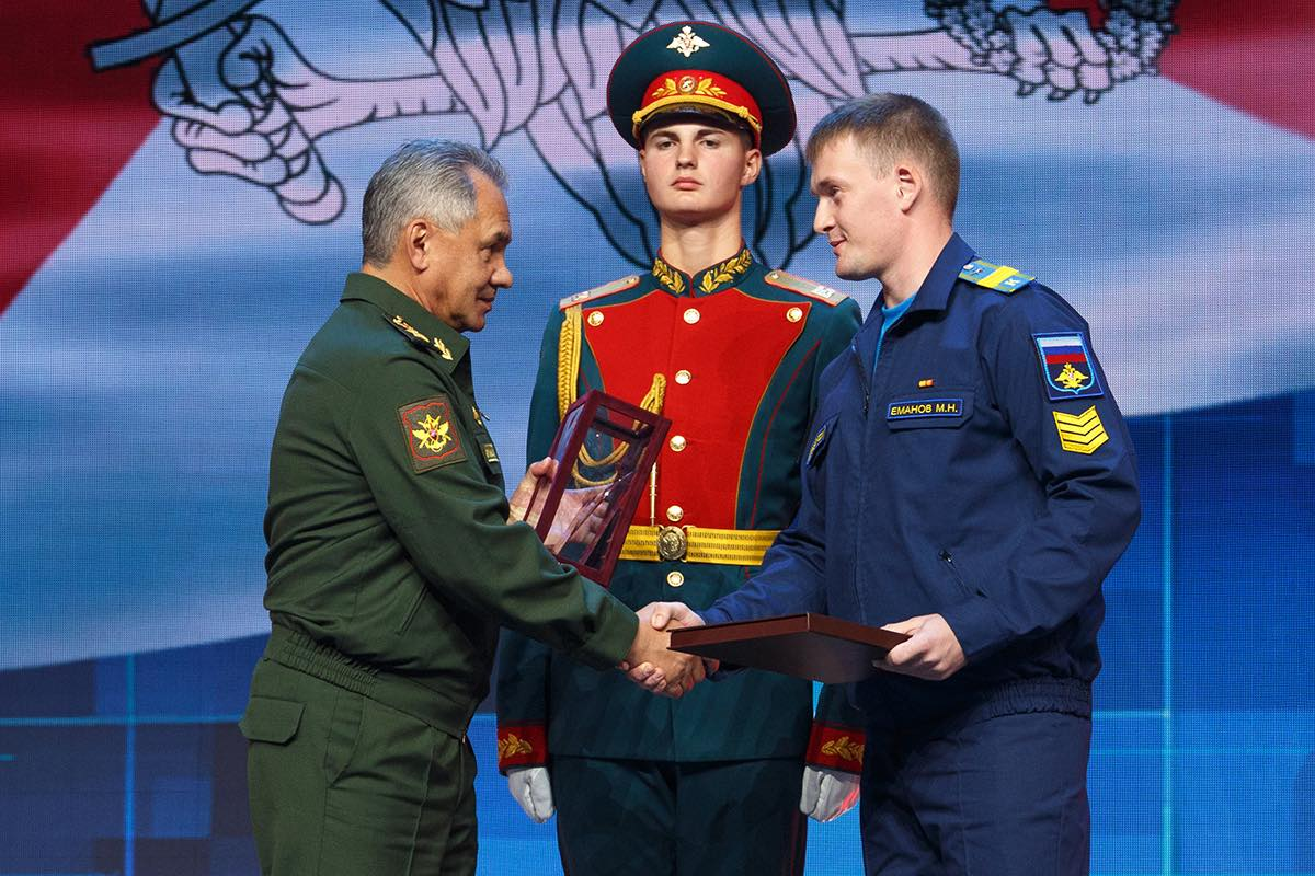 Сергей Шойгу вручил награду Николаю Еманову