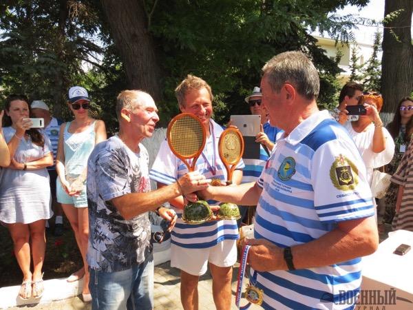 Победителей награждает дважды ГСС Иванченков