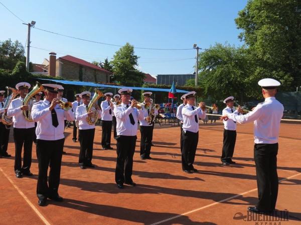 Военный оркестр открывает теннисный турнир